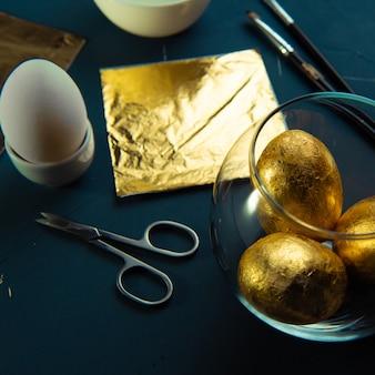 Классический синий стол с ингредиентами для золочения пасхальных яиц