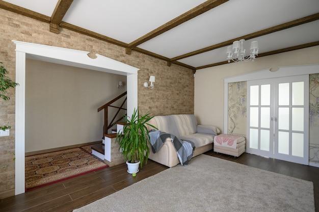 古典的な茶色と白のリビングルームのインテリア