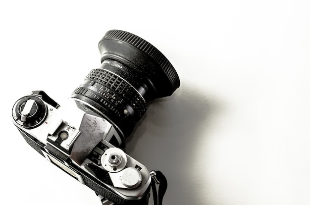 격리 된 배경에 클래식 카메라