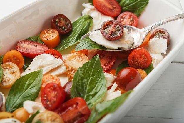 クラシックなカプレーゼサラダ、ベジタリアン料理健康食品