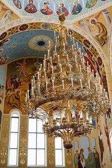 アイコンと祭壇のある正教会の古典的な大聖堂