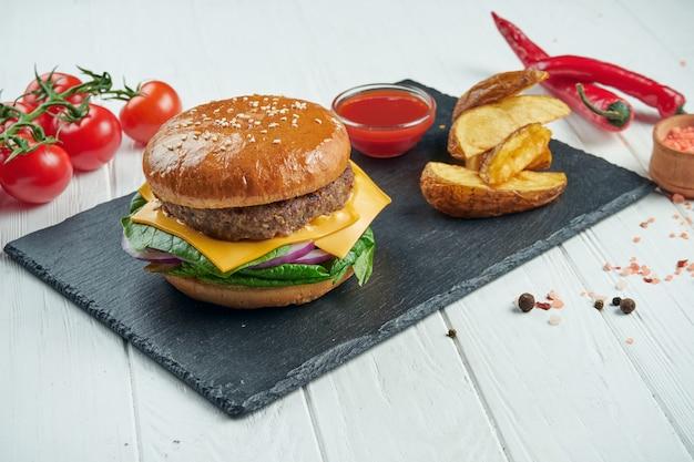 Классический чизбургер с говядиной на белом фоне деревянные