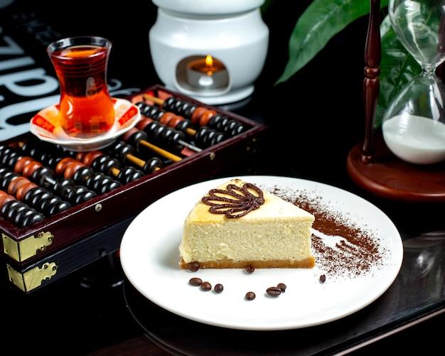 Классический чизкейк и черный чай в бокале armudu