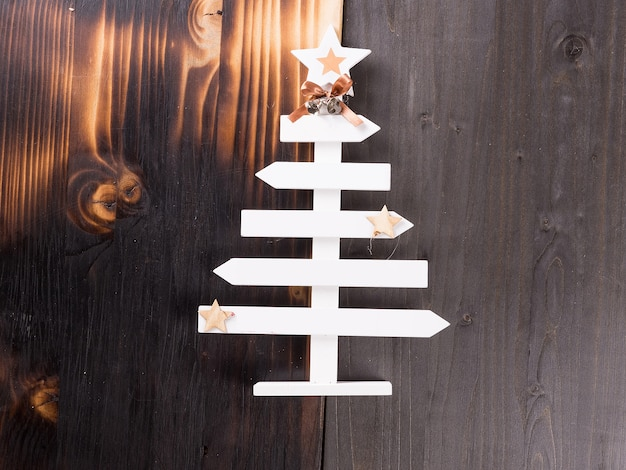 Decorazione domestica classica di natale su fondo di legno. decorazione fatta a mano