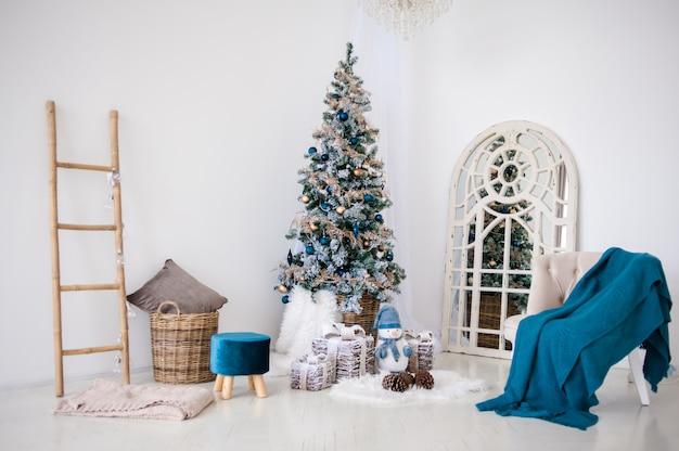 Классический рождественский новогодний декор интерьера комнаты новогодняя елка