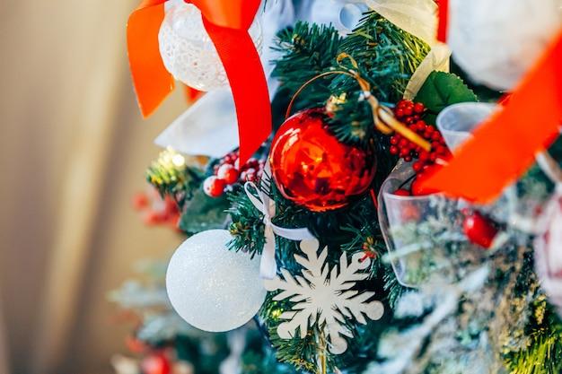 古典的なクリスマスの新年の装飾