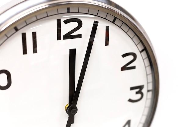 Классические круглые часы со стрелками, показывающими двенадцать часов