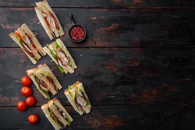 古い木製のテーブル、テキストのコピースペースと上面図の肉と古典的なクラブサンドイッチ
