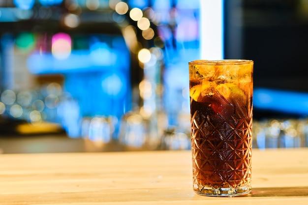 クラシックな冷たいカクテルのラム酒とコーラ