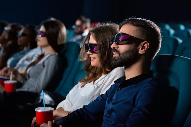クラシックなデート。一緒に映画館で若い幸せなカップル