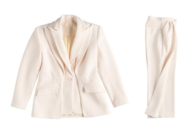 Классический демисезонный женский костюм с брюками на белом фоне