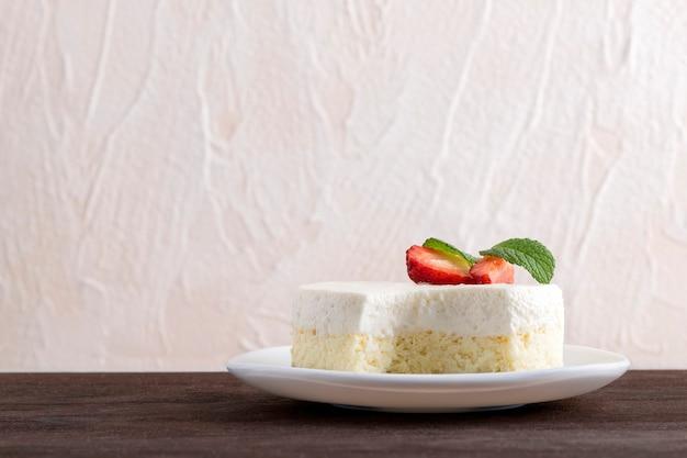 Классический десерт, украшенный свежей клубникой. чизкейк, вид сбоку.