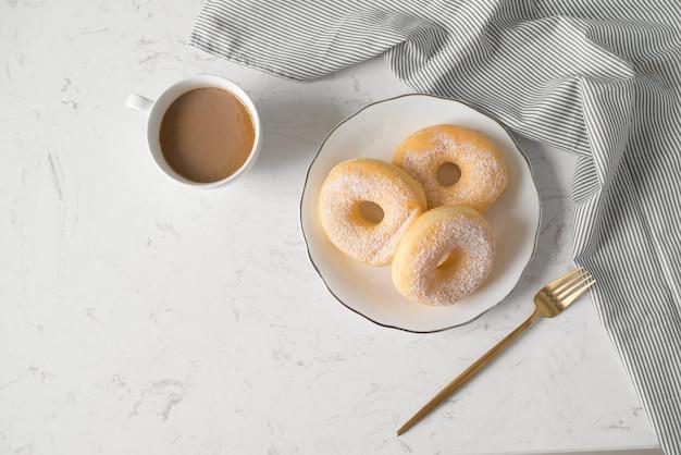 クラシックドーナツ。自宅のリビングルームのテーブルで朝の朝食。