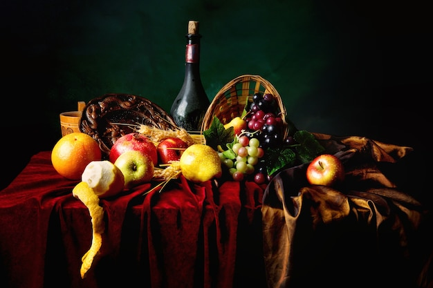 クラシックなオランダの静物画で、ほこりっぽいワインとフルーツのボトルが濃い緑色の横に並んでいます。