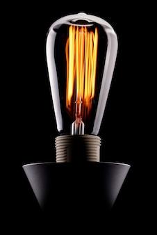 分離された光る古典的なエジソン電球