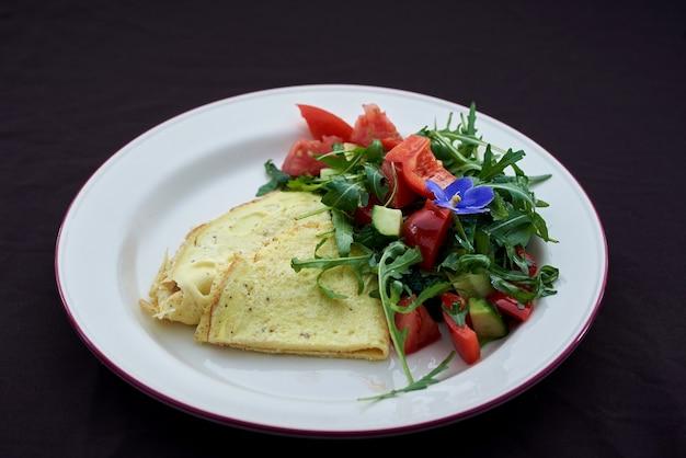 Классический яичный омлет с помидорами черри и салатом из рукколы