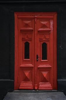 현관 장식으로 주택과 저택의 클래식 현관 문