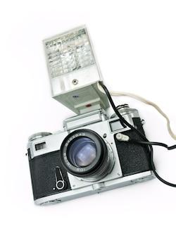 白い背景で隔離のフラッシュと古典的なフィルム距離計カメラ