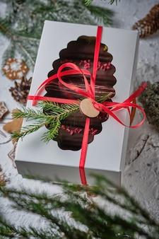チョコレート釉薬のカスタードと古典的なフランスのエクレア Premium写真