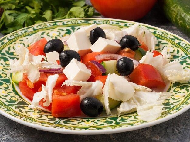 야채와 죽은 태아를 곁들인 클래식 그리스 샐러드.