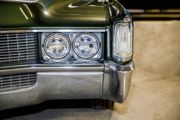 古典的な緑の車をクローズアップ。ビンテージ