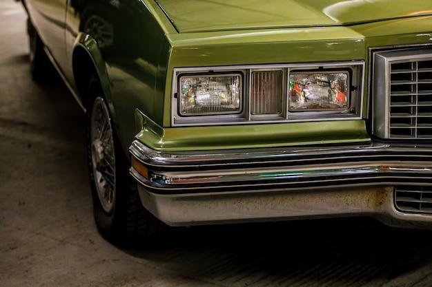 Классический зеленый автомобиль крупным планом.