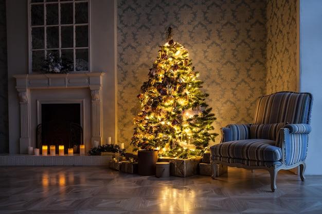 クリスマスのおもちゃで飾られた古典的な緑の木