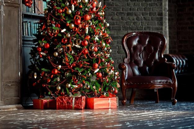 책 방에 고전적인 녹색 나무. 크리스마스 인테리어