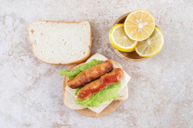 양상추와 레몬을 곁들인 클래식 그릴 소시지 샌드위치.