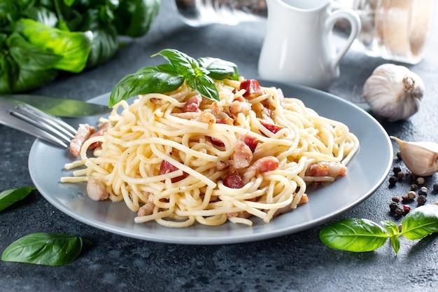 판체타, 계란, 단단한 파마산 치즈, 크림 소스를 곁들인 클래식 홈메이드 까르보나라 파스타. 이탈리아 요리. 스파게티 알라 까르보나라.