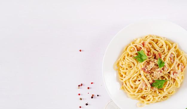 Классическая домашняя паста карбонара с панчеттой, яйцом, твердым сыром пармезан и сливочным соусом.