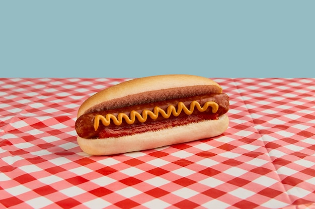 レストランのピクニックテーブルメニューにワーストケチャップとマスタードを添えたクラシックなホットドッグ