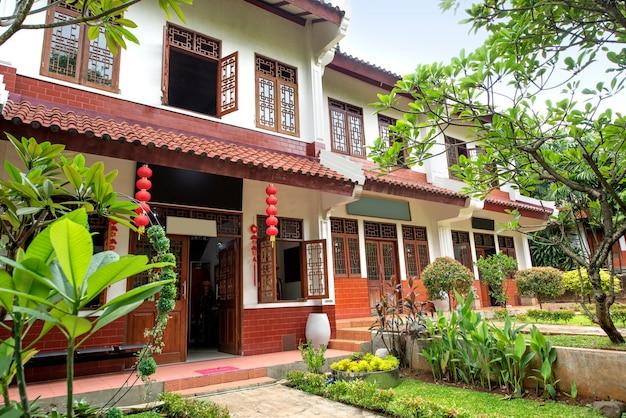 중국 목조 창문과 문 장식, 붉은 등불과 나무가있는 클래식 하우스