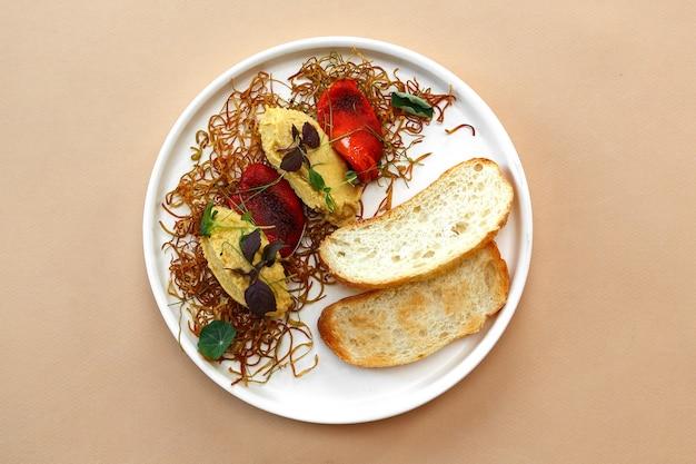 Классический хумус в блюде с хлебом