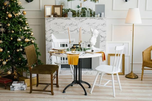 大理石の暖炉の円卓と様々な椅子のあるヴィンテージダイニングルームのクラシックなインテリア