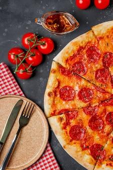 고전적인 이탈리아 페퍼로니 피자와 빈 접시, 평면도, 세로 사진. 고품질 사진
