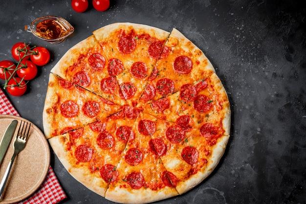회색 배경, 평면도에 고전적인 이탈리아 페퍼로니 피자. 고품질 사진