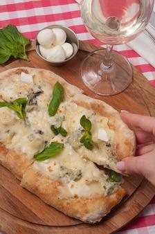 木の板にクラシックなイタリアンピザ4チーズ