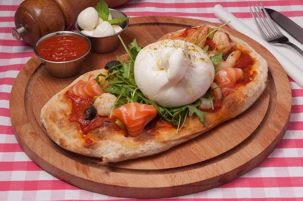 Классическая итальянская пицца с сыром буратта и лососем