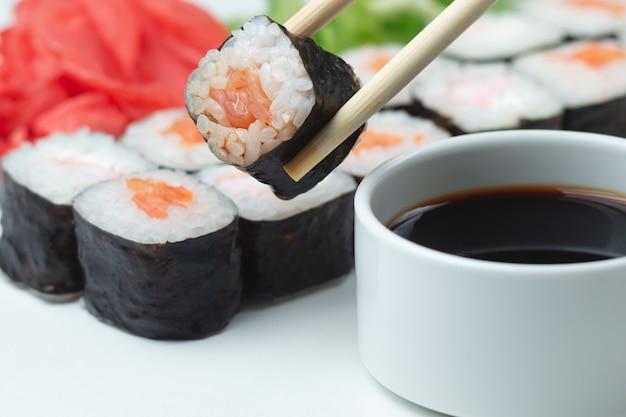 Классические японские суши-роллы на светлом фоне