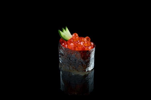 Классические японские суши с красной икрой