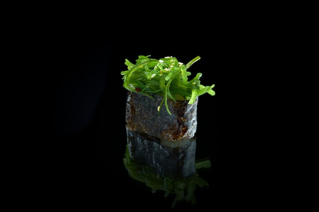 Классические японские суши с вакамэ из морских водорослей