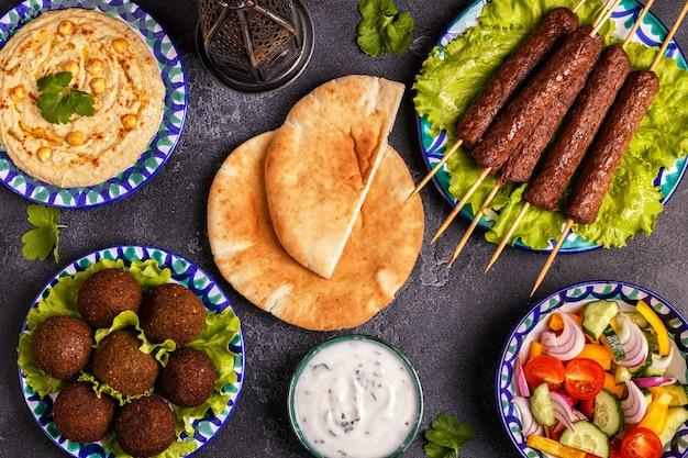 Классические шашлыки, фалафель и хумус на тарелках