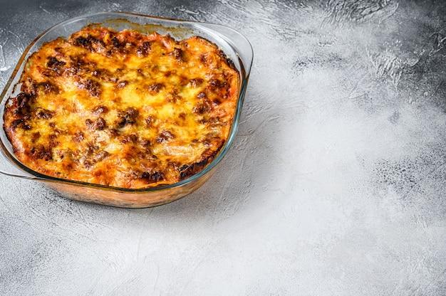 ベーキング皿にボロネーゼソースをかけたクラシックなラザニア