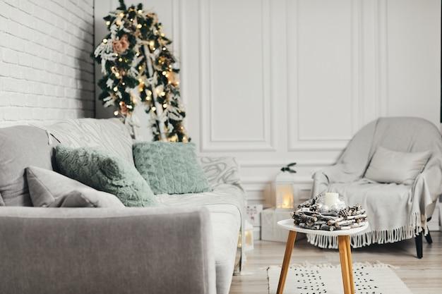 新年の装飾が施されたクラシックなライトクリスマスインテリア