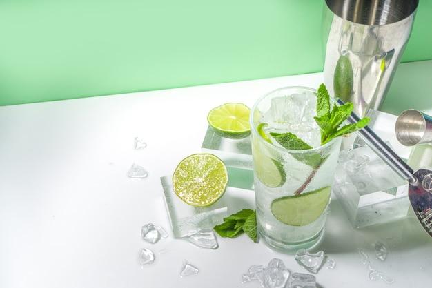 Классический лимонадный коктейль мохито с лаймом и мятой
