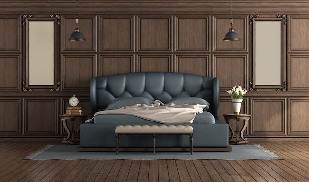 Классическая роскошная пустая комната с синей двуспальной кроватью и деревянными буазери на стене