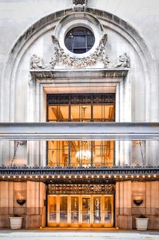 Классическая дверь роскошного отеля. нью-йорк, сша.
