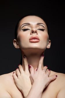 Классический макияж на лице женщины, красивые большие глаза. модный идеальный макияж, выразительные глаза