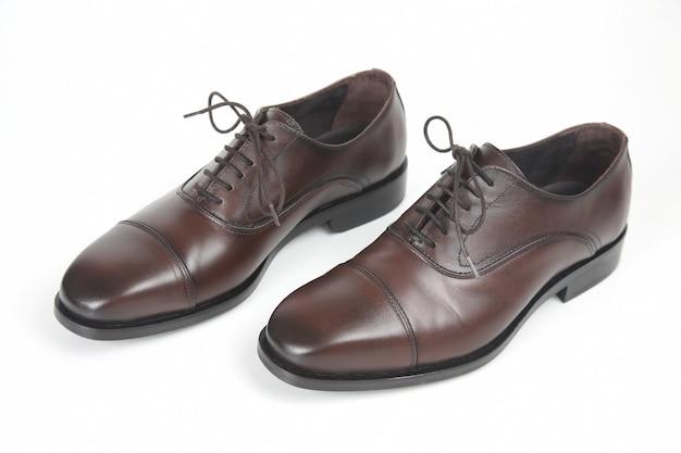 白い背景の上の古典的なメンズブラウンオックスフォードシューズ。革靴